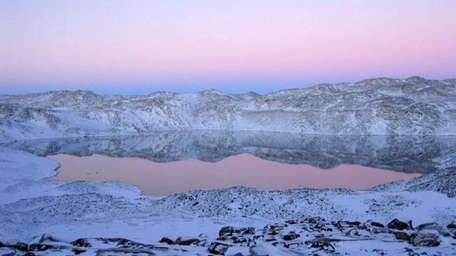 Los lagos profundos de las islas Rauer están 50 metros bajo el nivel del mar y nunca se hielan. Foto:  Haloarchaea