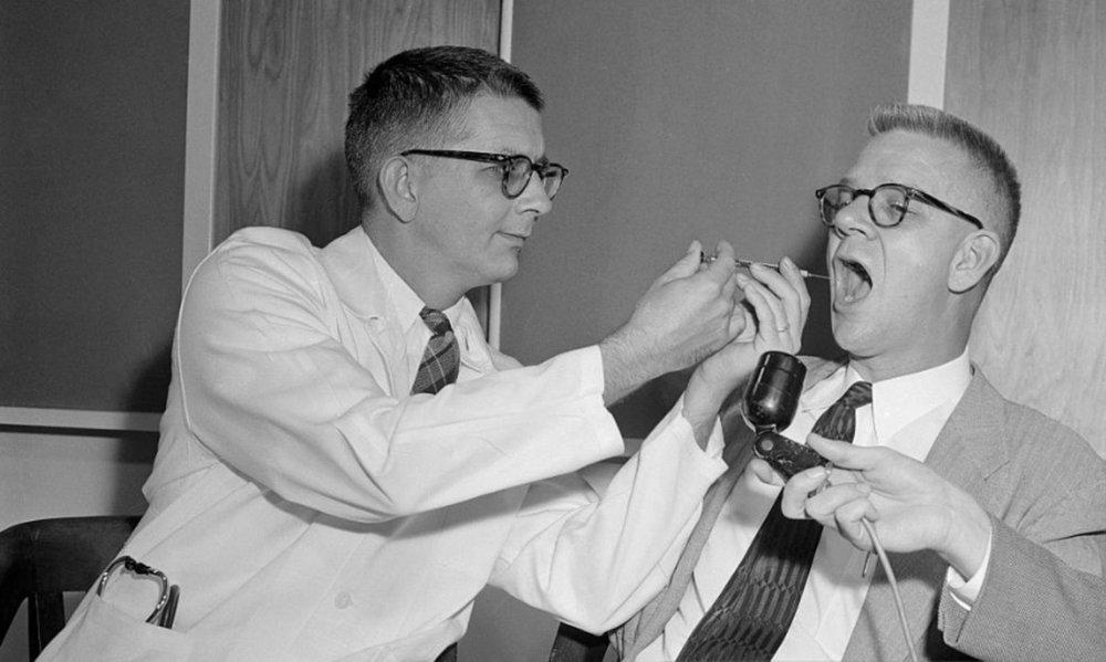 El doctor Harry Williams y el doctor Carl Pfeiffer experimentando con LSD.