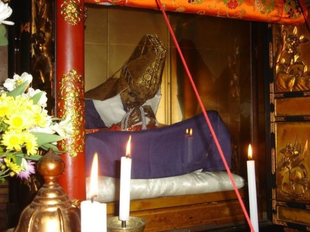 monje momificado en japon.jpg