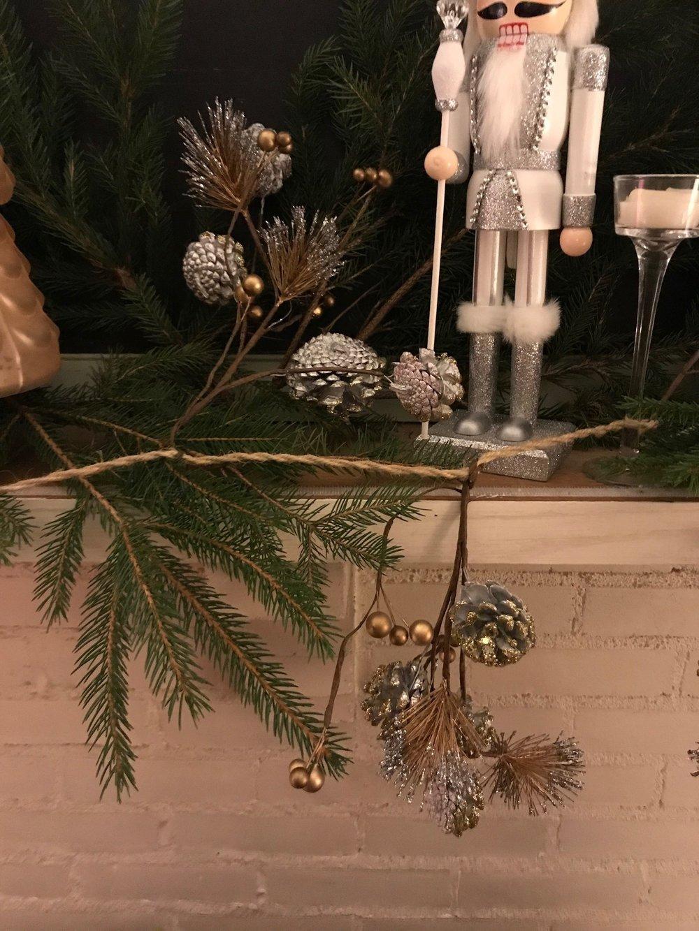 christmas mantel 10.jpg