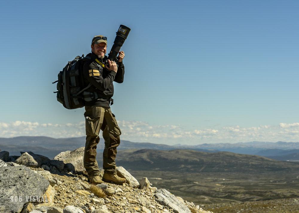 Larz Karlsson    Fotograf   '' Natur, wildlife, action, sport, militärt och modellfoto är det jag brinner för. Modellfoto var något jag trillade in på för något år sedan och tycker är fantastiskt roligt, speciellt på On-location. Jag jobbar med Nikon D850 och D4s, PROFOTO för ljussättning.''