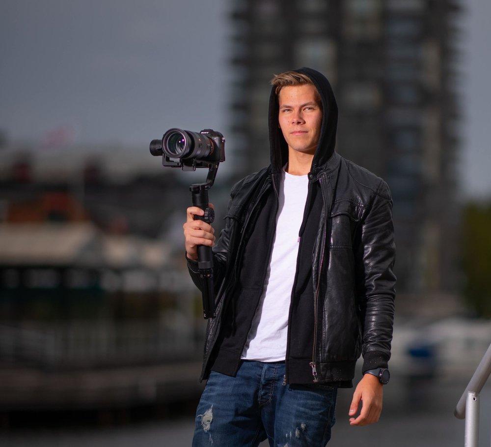 Felix Olofsson    Filmare   '' Jag är ansvarig för filmer som 905 gör. Film flyger genom mina tankar 24/7 och jag älskar utmaningen i att skapa en känsla. Oavsett om det behövs en varm och lycklig känsla i en bröllopsfilm eller en tuff känsla i en träningsreklam så är de mitt jobb att förmedla den.''