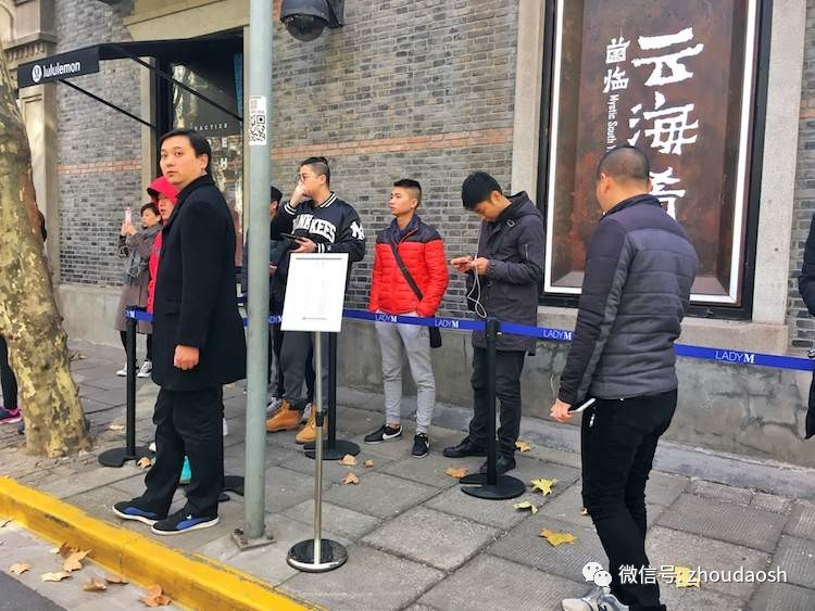 Only a few people waiting in line for the second Lady M store opened in Shanghai. Photo: 163.com.