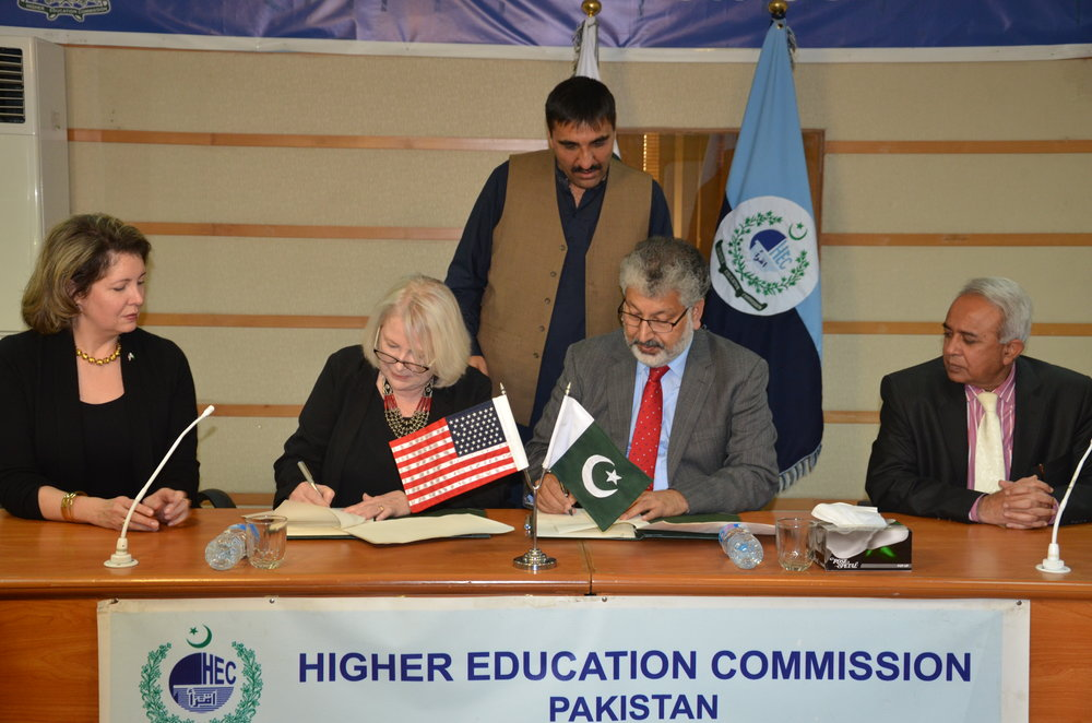 (L-R) Ms. Christina Tomlinson, Counselor Public Affairs, U.S. Embassy; Ms. Rita Akhtar, Executive Director, USEFP; Dr. Mukhtar Ahmed, Chairman, HEC; Dr. Ghulam Bhatti, Member HRD, HEC; (standing) Mr. Jehanzeb Khan, Project Director, HEC