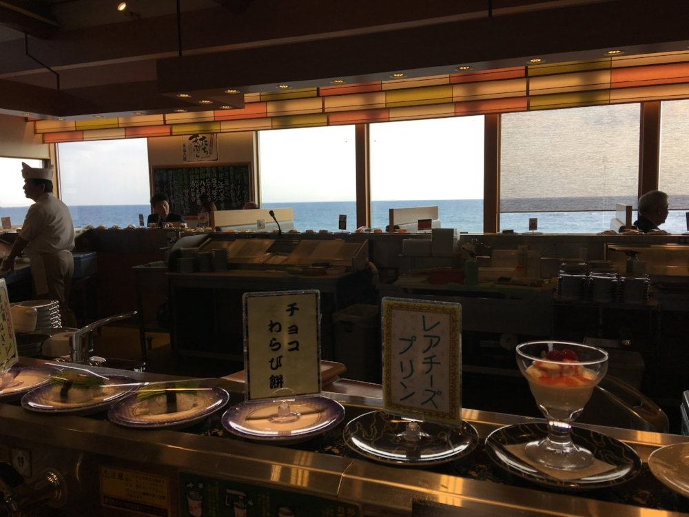 This store is built on the coast of the Tsugaru Strait, and the view outside is quite beautiful.
