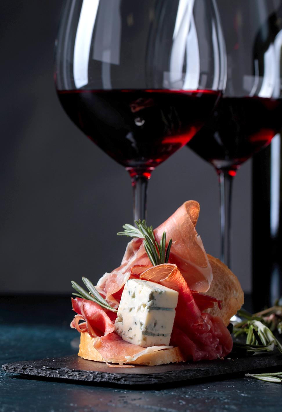 OM VINHØSTEN - Vinhøsten 2018En mat- og vinfest med Fursetgruppen & Moestue GroupFursetgruppen og Moestue Group inviterer til Vinhøsten 2018, en annerledes mat -og vinfest på Gamle Logen lørdag 27. oktober. Her blir det god anledning til å prøve ut mat og vin på nye måter. Denne lørdagen åpner vi dørene for alle mat- og vinelskere som får smake på mat og drikke fra 30 ulike stands, samt anledning til mer prøvesmaking gjennom «master classes» hvor man kan lære fra noen av landets ledende spesialister på ost, mat og vin.Vinprodusentene er i byen hele helgen, så vi starter mat-og vinfesten allerede fredag 26. oktober med tre ulike Winemaker's Dinners og avslutter lørdagen med «after party» i vinkjelleren på Grand Café etter messen.Vi ses på Vinhøsten 2018!