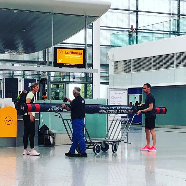 When you're glad you're a singer and have nothing other than yourself to carry around... impressive @hollypv 👍🏻 #travels #airports #noequipmentneeded
