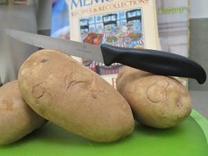 Knife for peeling potatoes