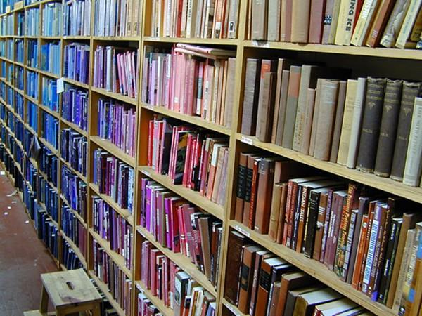 books_arranged_by_color1-e1350956897879.jpg