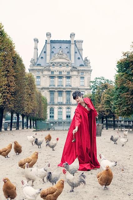 La Contessa feeding chickens in the Tuileries Gardens