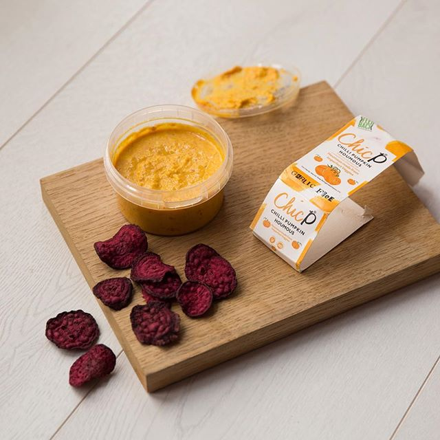 Un-BEET-able healthy snack inspiration! Our wonky Beetroot Crisps dipped in @chicpfood hummus. We air-dry, never fry our crisps so they maintain their superfood goodness and flavour. 👊👊👊 . . . . . . #sparesnacks #wastenotwantlots #fieldgoodsnacks #healthysnack #airdriednotfried #wonkyfruit #wonkyveg #upcycledfruit #upcycledveg #vegansnacks #healthyeats #lowcaloriesnacks #highfibre #superfood #beetroot #vegcrisps #fruitcrisps #healthyeats #foodwaste #reducefoodwaste  #beetroot #bethechange #veganfriendly #healthytreat