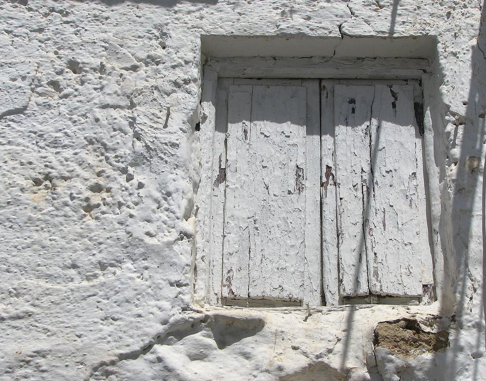Casa de barro pintada con cal
