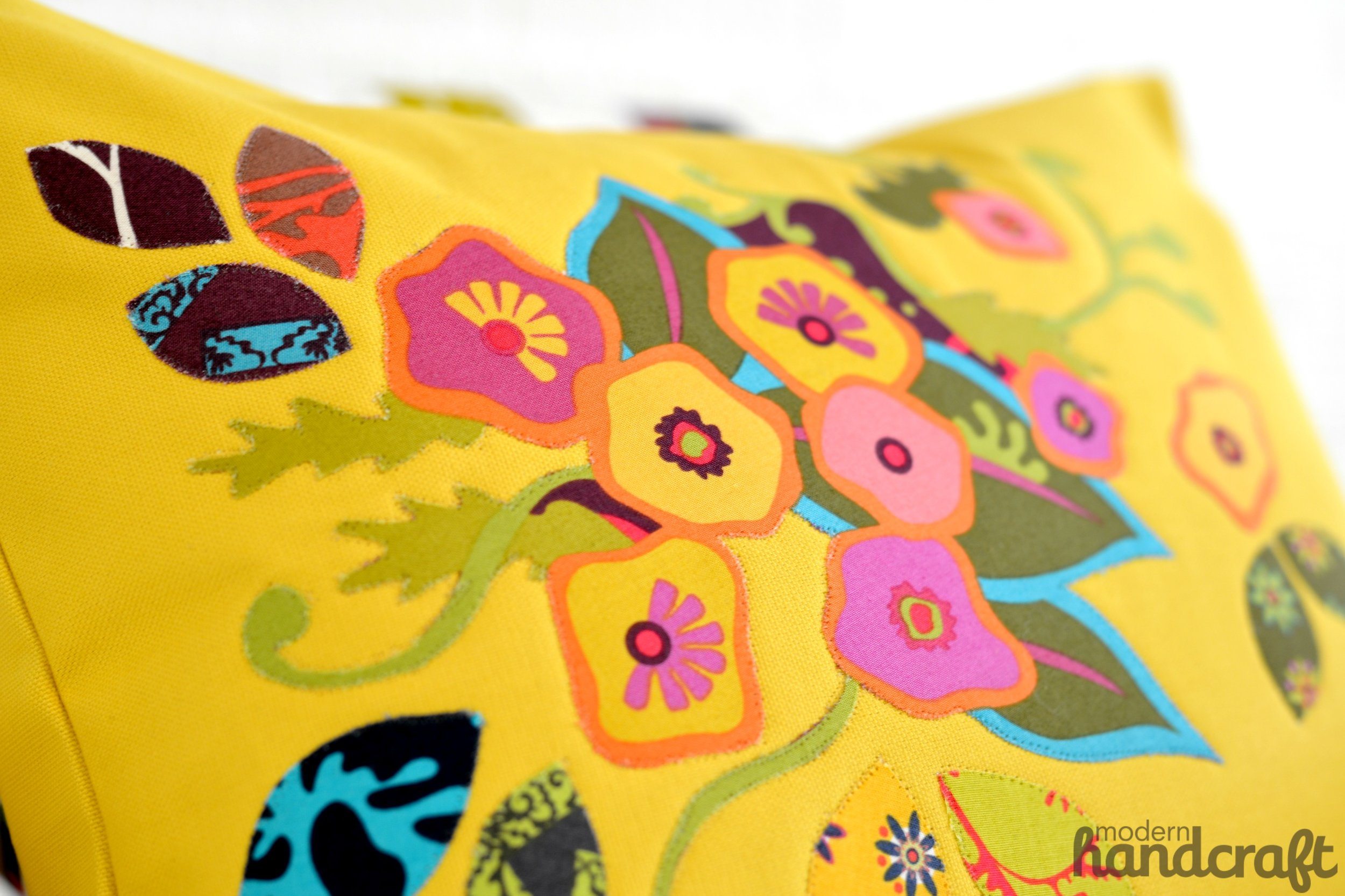 Floral Applique Pillow for Therm O Web // Modern Handcraft