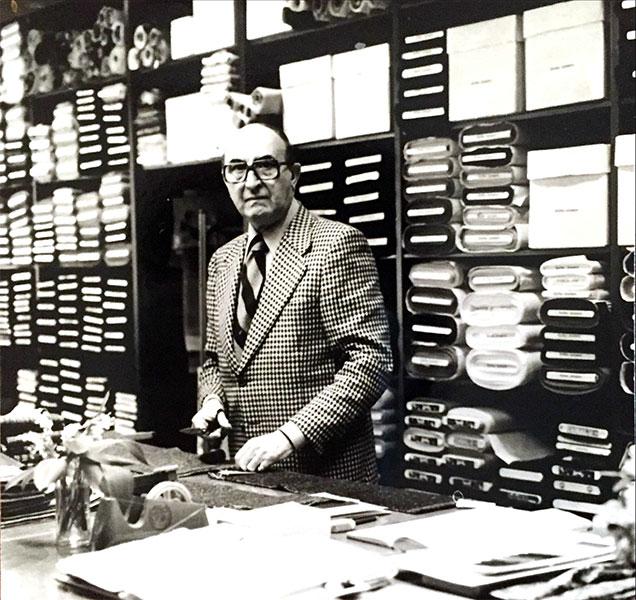 1949 - Na de tweede wereldoorlog nemen Remi's zonen, Gaston & Roger, Stoffen Janssens over. De broers kiezen resoluut voor damesstoffen, en bouwen zowel de winkel als de groothandel uit. Ze reizen naar Italië, Zwitserland en Frankrijk om de mooiste stoffen aan te kopen, en Stoffen Janssens groeit uit tot huis van vertrouwen en kwaliteit.
