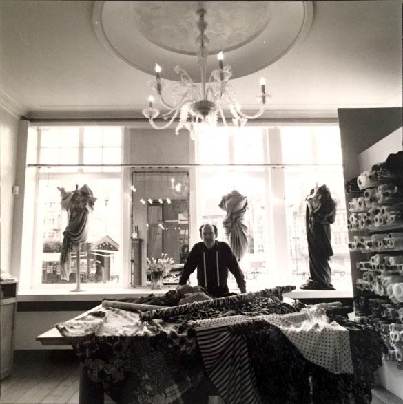 1979 - Geert neemt Stoffen Janssens over van zijn vader Gaston, en opent in 1984 een tweede zaak in Sint-Denijs-Westrem. Tien jaar later maakt Geert zijn droom waar, en verhuist de winkel naar de Gentse Korenlei, toen een nog een rustige en een beetje vergeten plek. Geert en zijn echtgenote Chantal leggen zich vanaf dat moment toe op exclusieve en hoogwaardige stoffen voor particuliere klanten.