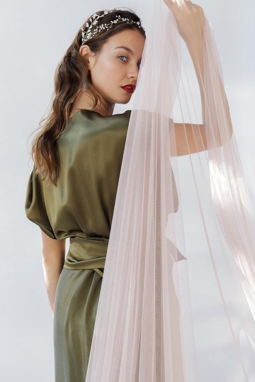 Marie - Puur en eenvoudig – nijlgroene enkellange jurk in tulezijde met boothals, kimonomouw, wikkeleffect en grote split vooraan – kan zowel voor een bruid die kiest voor eenvoud, als voor de mama of de bruidsmeisjes.