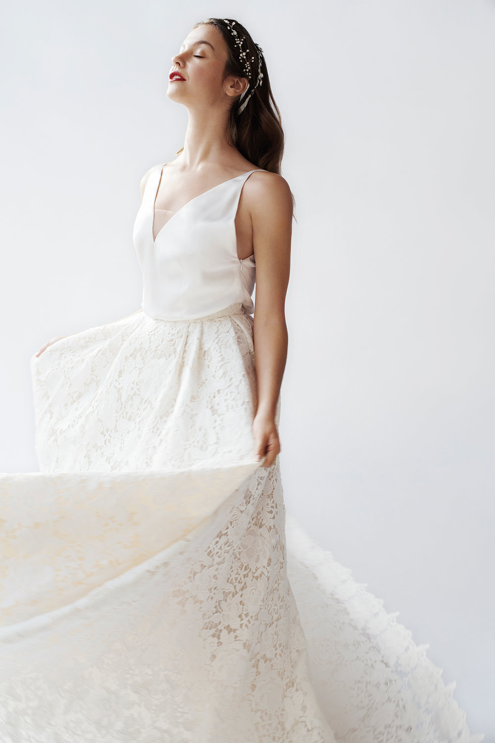 Nina - Royal wedding dress new style - loose, not centred and simple satin silk top with deep cut-out on the back and as a neckline, follows the shape of the body without literally clinging to the skin - refined pleated skirt worked out in sumptuous guipure lace.