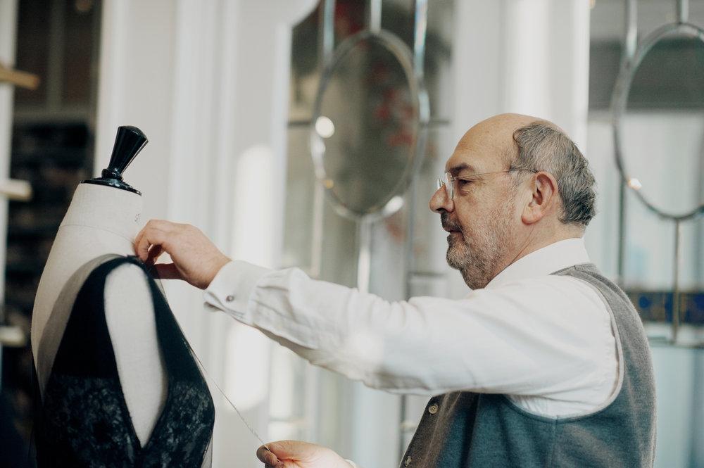 Geert Janssens - 'Dat je als vader het geluk hebt om samen te werken met je dochter en je echtgenote, dat die samenwerking zo goed verloopt dat een klant het gevoel heeft dat alles klopt, dat is een fantastisch gevoel.'held: mijn idealistische vader Gaston (gedreven, kunstminnend, liefdevol, inspirerend) • favoriete ontwerper: Valentino (door zijn belijning vervolmaakt hij vrouwelijke charmes op een respectvolle manier) • favoriete stof: Chanel tweeds • favoriete kleur: kobaltblauw