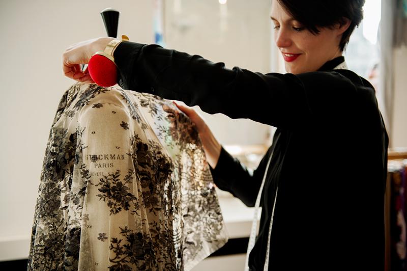 2009 - Na haar modeopleiding en stage bij modehuizen zoals Natan, ontwerpt Eva haar eerste maatwerk onder de naam Kollektie Eva. Winkel en atelier worden steeds meer met elkaar verweven, en in 2009 gaat de familiezaak onder één label aan de slag: Janssens Fabrics & Tailoring.