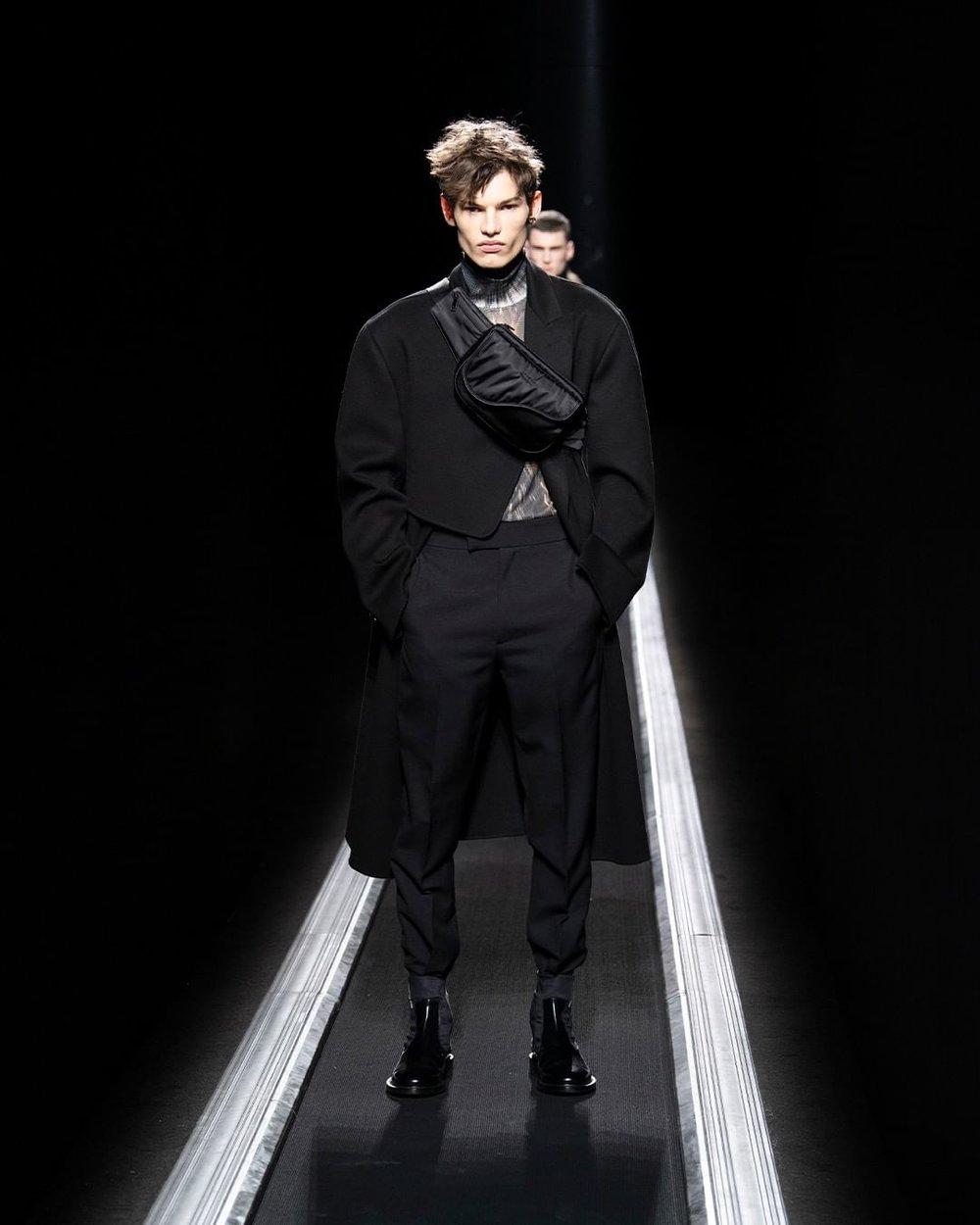 Dior HOMMES - Un catwalk (é)mouvant pour les hommes cette année. Coupes ultra modernes où l'architecture et le futurisme sont omniprésent. Mais aussi et surtout le côté urbain avec les mousquetons, bretelles et bananes pour y ranger tout nos chagrins.