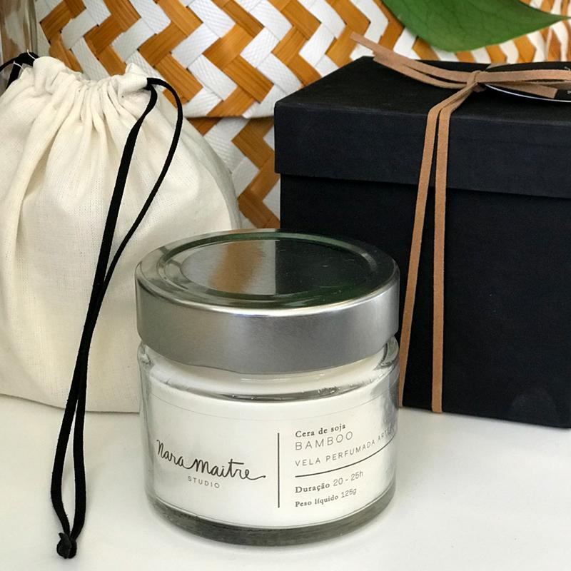 Vela Nara Maitre - Aroma bamboo - R$68,00   A vela, em cera de soja, vem acompanhada de 1 saco na cor cru com fita de couro preta + caixa azul marinho acartonada