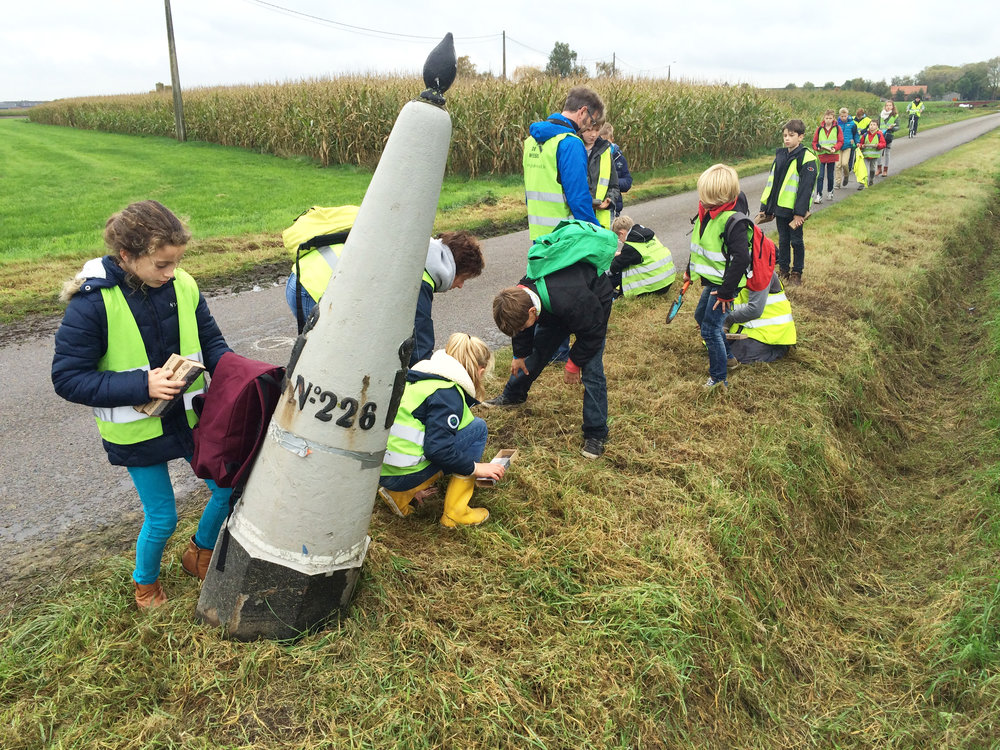 kinderen planten krokussen bij grenspaalWuustwezel-Zundert.JPG