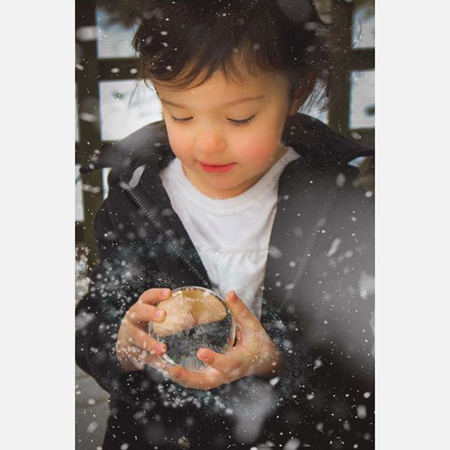 Holiday magic is in the air! ❄️💫 . . . . . #holidaymagic #letitsnow #kidsphotos #photoshop @lensball #chicagophotographer #photographerforhire #holidaycardready #familyphotos #christmasphotos #almostthree #photographersofig
