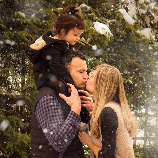 If it's gonna be cold.. might as well snow!! ⛄️ ❄️ . . . . . . . . . #familyphotos #holidayphotoshoot #christmascards #familyofthree #twoyearold #snowdays #momanddad #photographerforhire #chicagophotographer #photographerofig #blogger #photoblogger