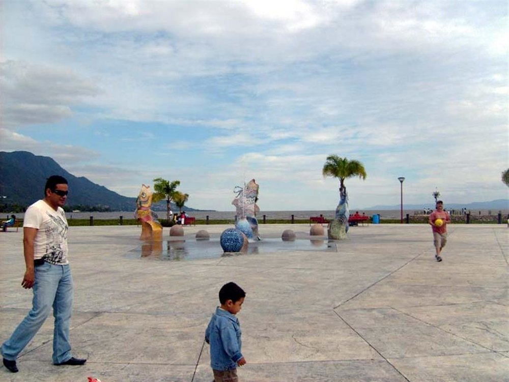 Am afternoon on the boardwalk in Jocotepec is a chance to enjoy the superb climate on Lake Chapala