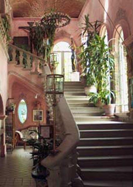 The grand staircase in La Nueva Posada