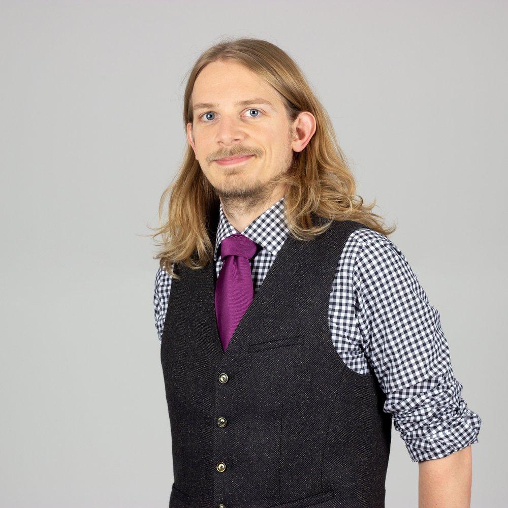 Tim Hufermann - Geboren 1985. Gründer und CEO von JUNGMUT. Startup-erfahren, Valley-erlebt und Mitglieder der Wirtschaftspolitischen Kommission der Jungen Unternehmer. Schwerpunkte: Ganzheitliche Kommunikation und Verzahnung von Online- und Offline, Lifecycle Marketing.