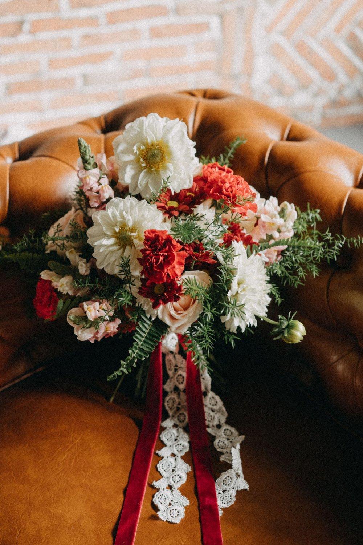 Bouquet #B03 - Gam trắng đỏ