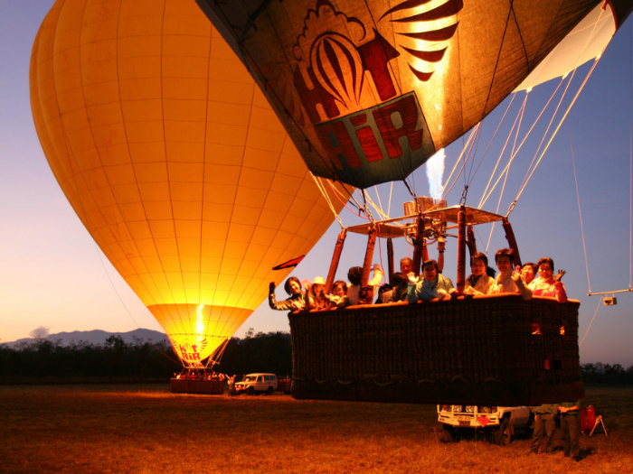 BALLOONING - Enjoy the beautiful landscape of Cairns with your friends and family! Ballooning is a great way of enjoying the beautiful nature from the sky. Airport transfer after ballooning is FREE.Price $230〜