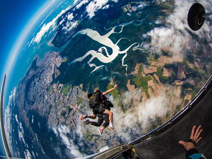 高空跳伞 - 我们提供凯恩斯或美神海滩两地点之跳伞选择,以及7000英尺与15000英尺两种高度选项。价格:澳币$155起