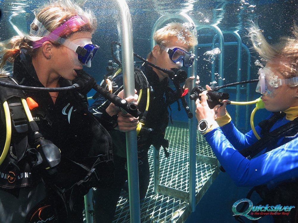 outer-barrier-reef-pontoon-platform-learn-to-dive-instructor.jpg