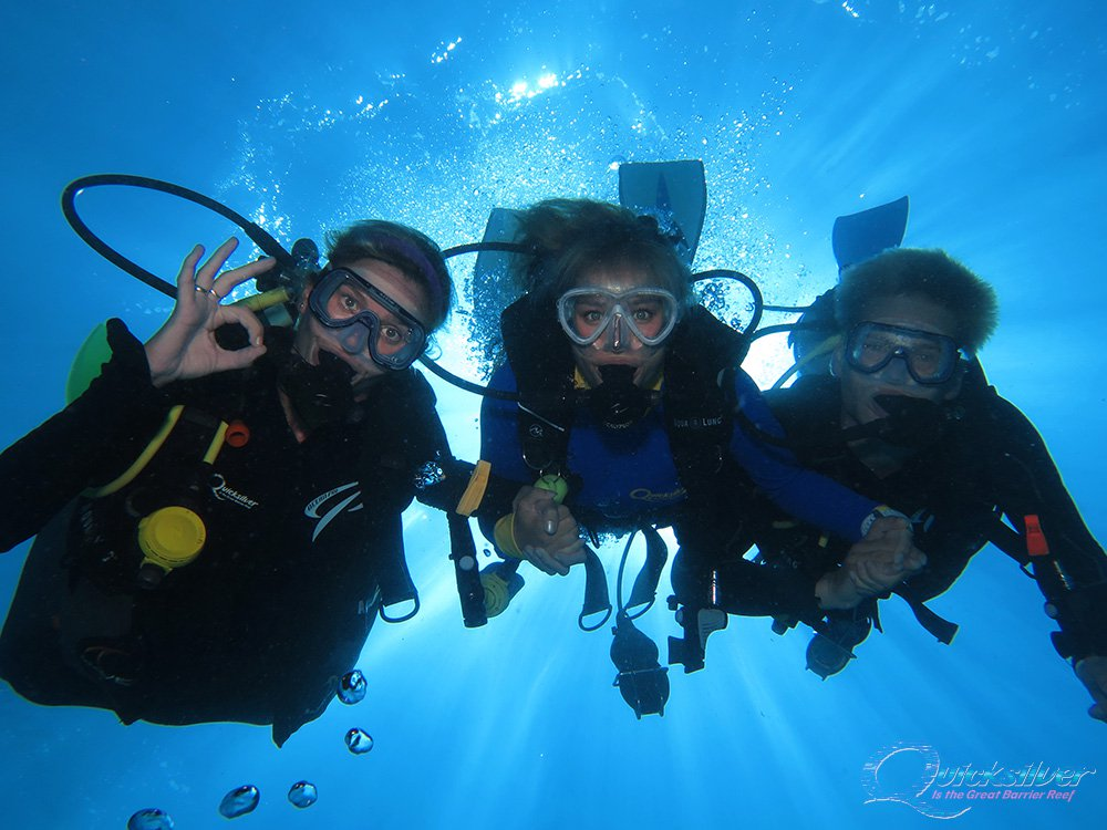 outer-barrier-reef-pontoon-platform-learn-to-dive-in-structor-with-couple.jpg