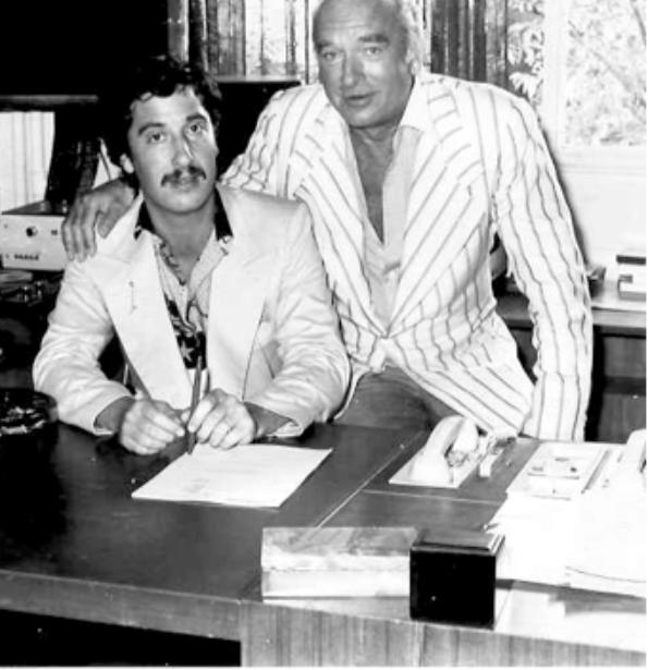"""Signature - Photo souvenir de de mon contrat avec Monsieur Eddy Barclay pour l'album 'Chi Chi Favelas' intitulé """"Rock Solid"""" on dirait qu'il me protège. en tous cas un parrain plus célèbre que son artiste."""
