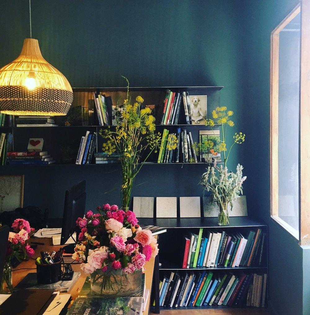 local con flores.jpg