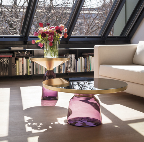 La table Bell est un élément assez surprenant par son pied en matière légère et fragile et son plateau en laiton massif. La richesse des matériaux et les contrastes forment une table basse harmonieuse. Chaque table est faite à la main c'est pourquoi toutes les pièces sont uniques.  Parfait pour sublimer une pièce…