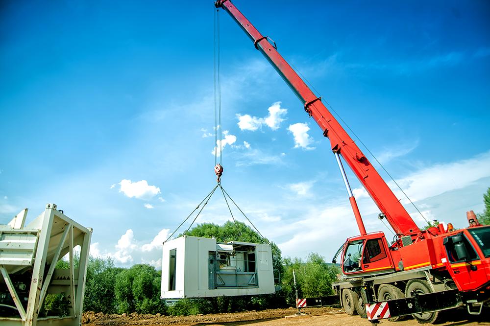 tracking-crane-job-site.png