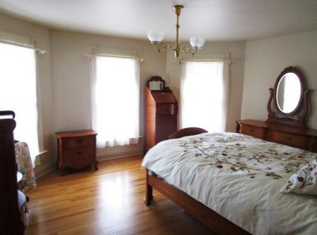 375 4th St SW Plv Master Bedroom.JPG