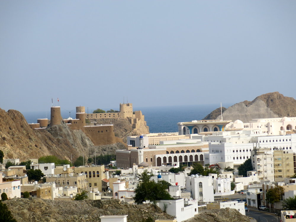 The fort Al Jalali (left) and the colorful palace of the Sultan (right)