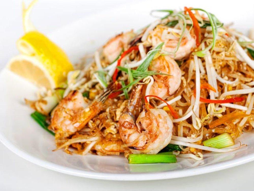 Resumen de la comida Thai. - Amé la gastronomia en Thailandia, mezclan los sabores de una manera muy distinta e inesperada. De ahí tomé muchísima inspiración. Como iba en plan mochilazo, no fui a mucho restaurante lujoso, todo era en puestos o lugares locales pero les recomendaré mis favoritos.
