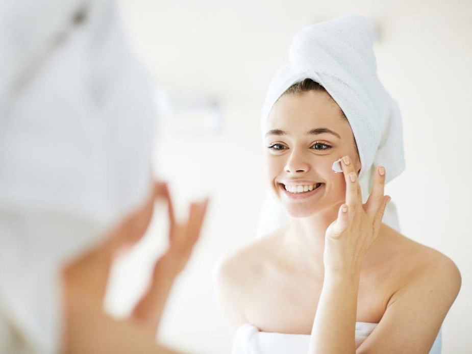 Produkte für die Gesichtspflege - Eine Palette von Produkten, die geschaffen wurde, um die Bedürfnisse der Gesichtshaut zu erfüllen, angefangen bei Menschen, die nur eine einfache Hydration benötigen bis hin zu denjenigen, die eine intensive Pflege benötigen, um die Zeichen von Stress und Zeit zu lindern.