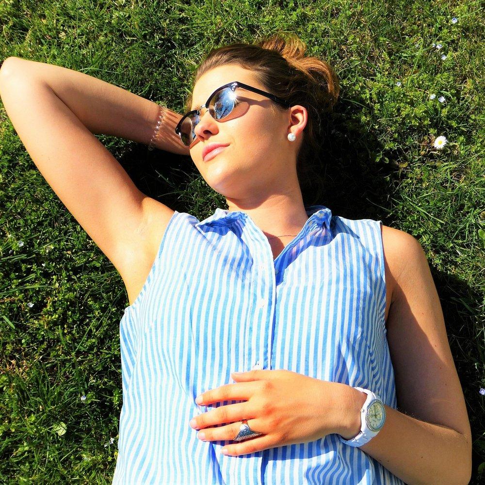 La nostra pelle in estate - Nei soggetti con la pelle grassa, il sole dell'estate stimola un'iper-secrezione sebacea che proprio in autunno si manifesta con la comparsa di foruncoli (papule). Per le pelli più secche e mature, l'arrivo dell'autunno quasi sempre è accompagnato da qualche macchia o qualche ruga in più.Le conseguenze della fine dell'estate più comuni a tutti tipi di pelle sono ispessimento e irregolarità.Perché?Il nostro organismo tende a difendersi dall'aggressione dei raggi solari più dannosi, potenziando il ricambio di cellule produttrici di cheratina, chiamati cheratinociti. Questi aumentano notevolmente di numero e causano un ispessimento dello strato corneo dell'epidermide.Quello che al tatto e visivamente può sembrare un fastidioso inestetismo della nostra pelle, in realtà altro non è che un meccanismo di difesa perfettamente funzionante, senza di esso rischieremmo scottature importanti con conseguenti danni a lungo termine della nostra pelle.