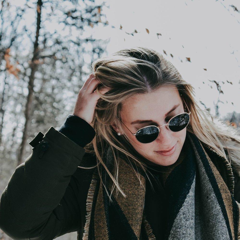La nostra pelle in inverno - Con l'arrivo della stagione invernale si innesca il processo inverso, la nostra pelle via via diventa più sottile perché la potenza di raggi solari si riduce drasticamente e la pelle si assottiglia per far si che la cute assorba la giusta quantità di raggi solari benefici necessari all'organismo e indispensabili per importanti processi (come ad esempio sintetizzare la Vitamina D).L'Autunno è un periodo di passaggio per la nostra pelle che appare spessa e irregolare. La giusta Beauty Routine è volta ad aiutare la nostra pelle a rigenerarsi liberandosi delle cellule necrotiche, lasciando spazio ad una pelle morbida e vellutata.