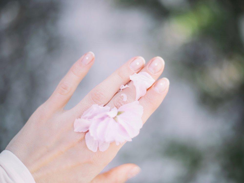 La nostra Crema Mani contiene la Propoli ad azione antisettica e cicatrizzante per combattere le screpolature e i piccoli tagli causati dal freddo. -