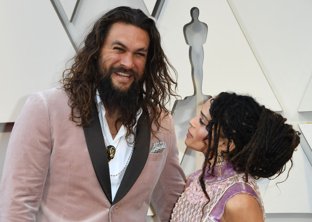 Jason-Momoa-and-Lisa-Bonet-Make-the-Perfect-Pink-Pair-on-Their-First-Oscars-Red-Carpet-2019-04.jpg