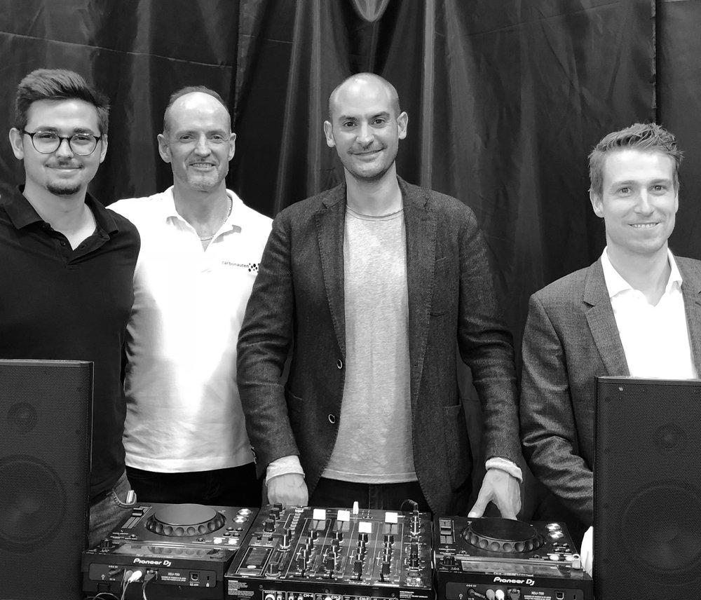 MdB Dr. Danyal Bayaz am Mischpult mit DJ_dietrich, Carbonaut Torsten Becker und Bennet Müller vom Staatsministerium BW (v. r.)