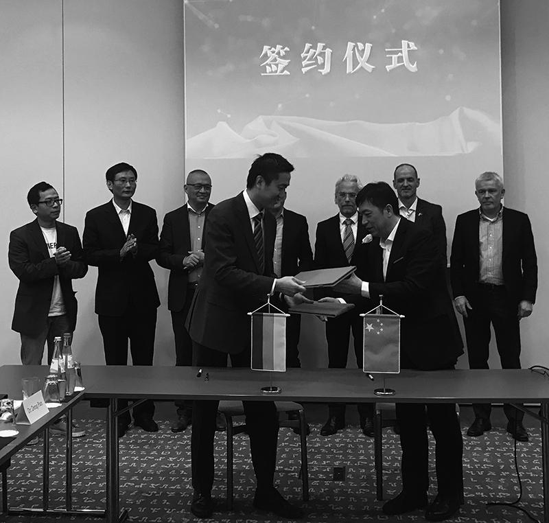 Josef Guan von EUROKO (v. l.) und der Vize-Gouverneur Chen Jian (v. r.). Im Hintergrund dazwischen Hansjörg Kopp, Chef der EUROKO und rechts neben ihm Carbonaut Torsten Becker